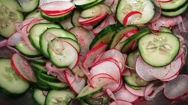 Как сделать салат с редиски и огурцами