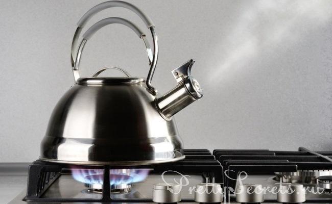 Убрать накипь с чайника с помощью народного средства